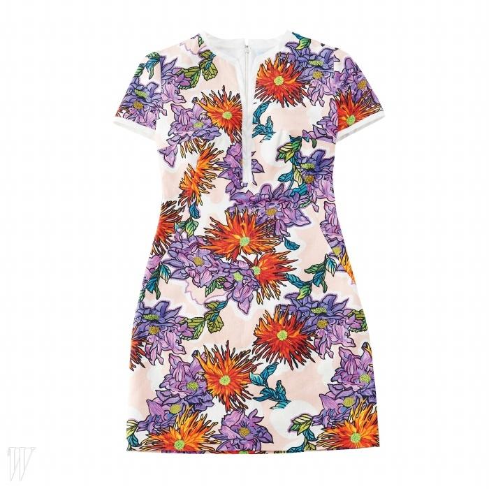 치파오를 연상시키는 꽃무늬 미니 드레스는 BLUMARINE제품. 가격 미정.