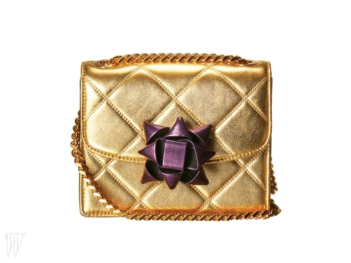 MARC JACOBS 보라색 꽃무늬 장식이 도드라진 체인 핸드백.1백78만원.