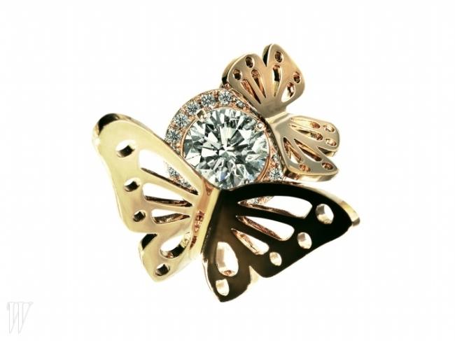 LUCIE 나비가 날아다니는 모양을 담은 르레브 반지 2천8백만원대.