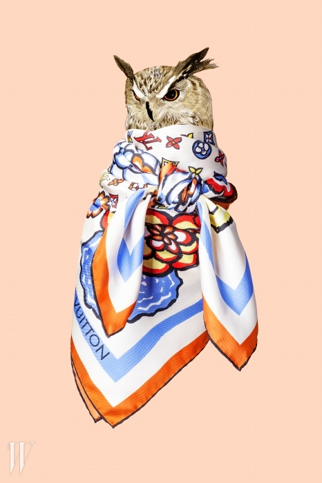 선명한 색상을 입은브랜드 로고와 꽃무늬의 플로럴파이어워크 스카프는 루이 비통 제품.가격 미정.