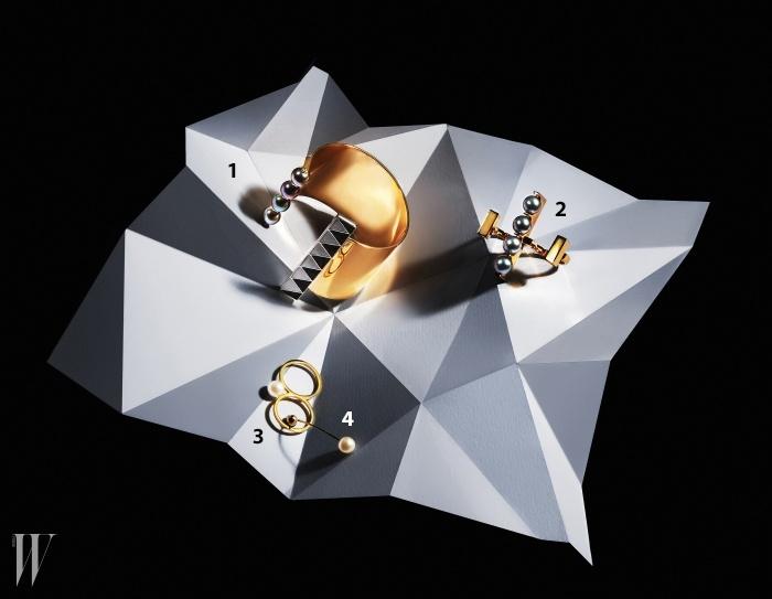 1,2 대담한 형태에 진주를 조합한 뱅글과 오픈형 더블 링은유리베. 3,4 손가락 두 개를 끼우는 더블 링과 부드러운 곡선을 이루는 싱글 귀고리는 소피에 빌레 브라헤.