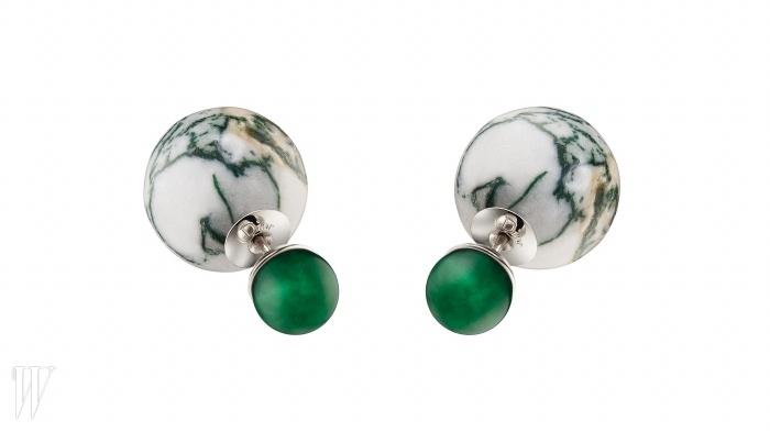 동그란 형태의대리석과 초록색 구슬이 장식된 귀고리는 DIOR 제품. 80만원대.