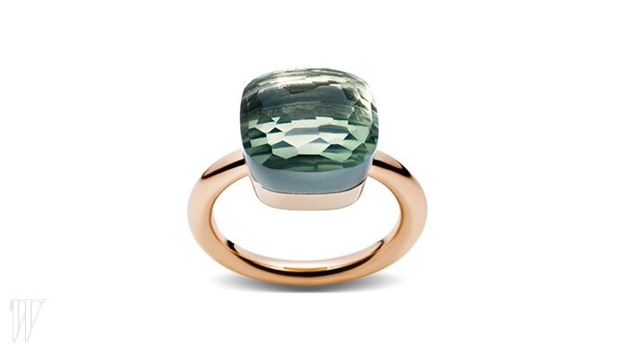 영롱한 초록빛을 품은 로즈 골드 링은 POMELLATO 제품. 3백만원대.