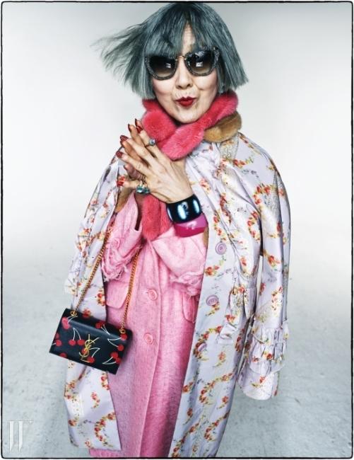 다양한 색감의 여우털이 패치워크된 퍼베스트는 Gucci, 그래픽적인 오키드 프린트가돋보이는 실크 스카프 소재의 헤드밴드는Fendi, 레오퍼드 패턴의 프레임이 관능적인캣아이 선글라스는 Linda Farrow byHandok, 투톤의 분홍색 뱅글과 가죽스트랩이 장식된 골드 뱅글, 이국적인 패턴의남색 뱅글은 모두 Hermes, 퍼 폼폼 장식이화려함을 더하는 붉은색 가죽 밴드의 마이웨이 워치는 Fendi, 약지에 착용한 신비로운색감의 크리조프레이즈 원석과 사파이어를세팅한 밴드가 어우러져 이국적인 분위기를연출하는 카프리 반지, 소지에 겹쳐 착용한신비로운 보랏빛의 자수정 소재 누도쁘띠 반지와 레몬 쿼츠 소재와 로즈 골드밴드가 여성스럽게 만난 누도 클래식 반지,다이아몬드가 세팅된 밴드가 화려함을 더하는자수정 소재의 누도 다이아몬드 반지는모두 Pomellato 제품.