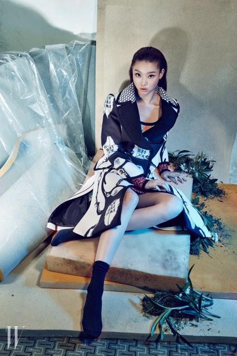 대담한 집게벌레 프린트가 인상적인 네오프렌 소재코트, 컬러풀한 미니 드레스는Kwak Hyun Joo Collection 제품.