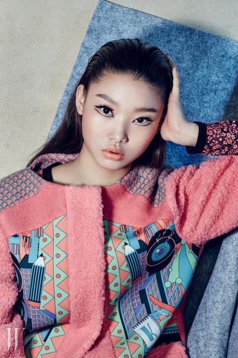 퍼와 모직, 네오프렌 소재가어우러진 네온 컬러 코트는Kwak Hyun Joo Collection제품.