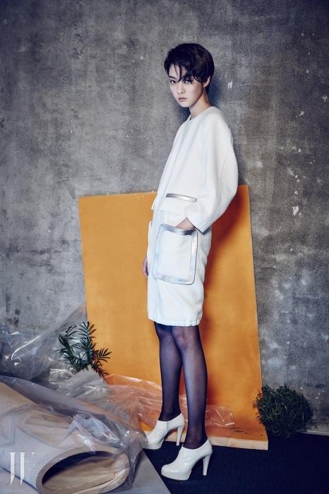 구조적인 포켓과 밑단의 스트링 처리가포인트인 울 소재 드레스,간결한 부티는 Andy & Debb 제품.