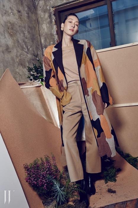 패치워크가 멋스러운 코트,베이식한 니트 스웨터,테일러드 팬츠, 앵클부츠는모두 Low Classic 제품.