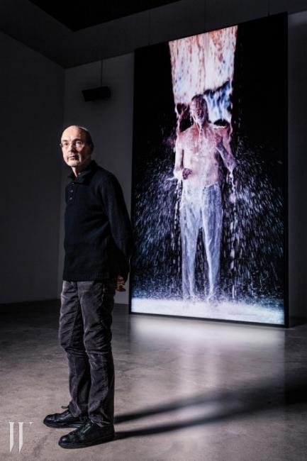 국제갤러리 3관에 설치된대형 비디오 작업인'Inverted Birth' 앞에 선 빌 비올라.