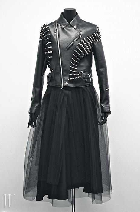 진주와 스터드를 주재료로 삼은 2015 S/S 누아 케이 니노미야 컬렉션.