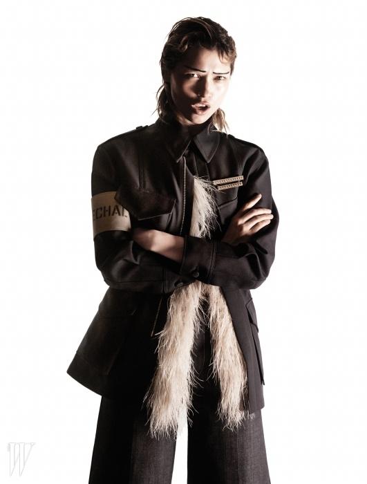 깃털이 장식된 개버딘재킷과 데님 버뮤다 팬츠는루이 비통 제품.