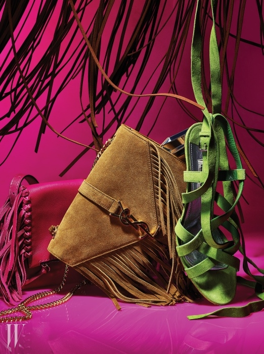 푸크시아 핑크 색상의 프린지 장식 가죽 백은 CH Carolina Herrera,메탈 로고와 프린지 장식이 개성을 더하는 스웨이드 소재의체인 백은 Saint Laurent, 무릎까지 끈을 교차해 센슈얼하게 연출할 수있는 스웨이드 소재의 글래디에이터 샌들은 Miu Miu 제품.