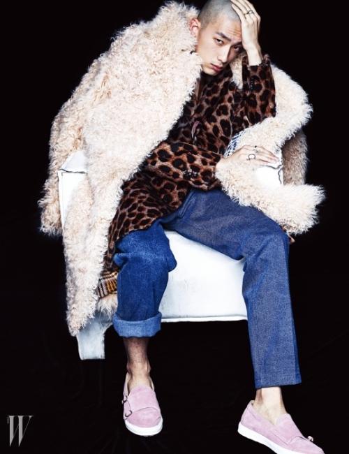 레오퍼드 무늬의 퍼 테일러드 코트와 워싱을 전혀 하지 않은 데님 팬츠, 곱슬곱슬한 질감의 퍼 코트, 양손의 반지와 몽크 스트랩이 특징인 스웨이드 스니커즈는 모두 Beyond Closet 제품.