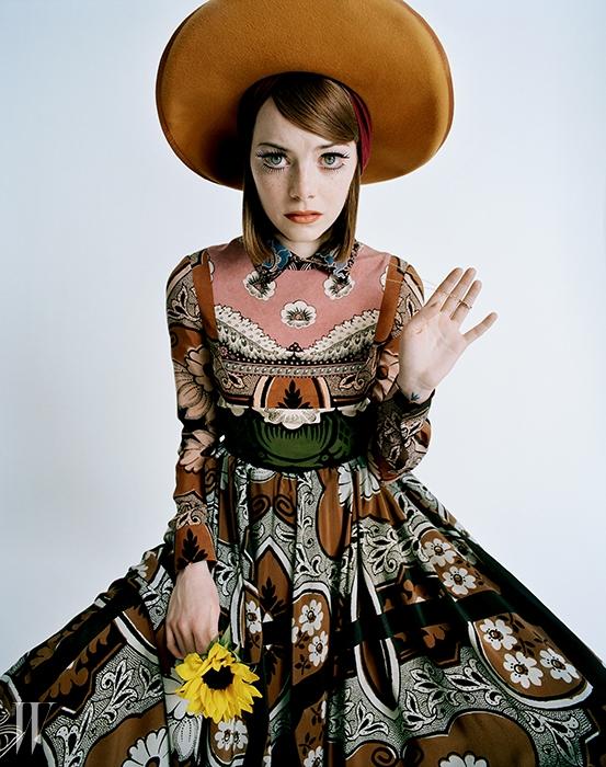 가운은 발렌티노, 모자는 무디 앤 패럴,터번은 유지니아 킴, 목걸이는 모니카 리치 코산 제품.
