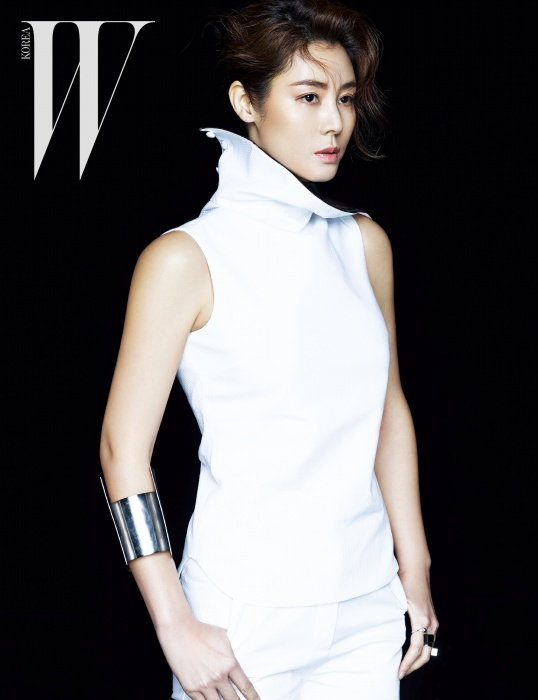 김성령이 입은 흰색 톱과팬츠는 Christian Dior,메탈 뱅글과 레이어드한 반지모두 Davidechoi 제품.