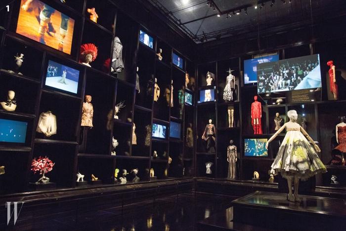 1. 새비지 뷰티 전시관 중 가장 큰 인기를 모은 'Cabinet of Curiosities'의 환상적인 전경. 이번 전시의 방대한 규모를 짐작게 한다.