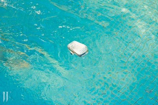 지푸라기를 엮어 단단하게 가공한 듯한 클러치는로저 비비에제품. 3백90만원대.