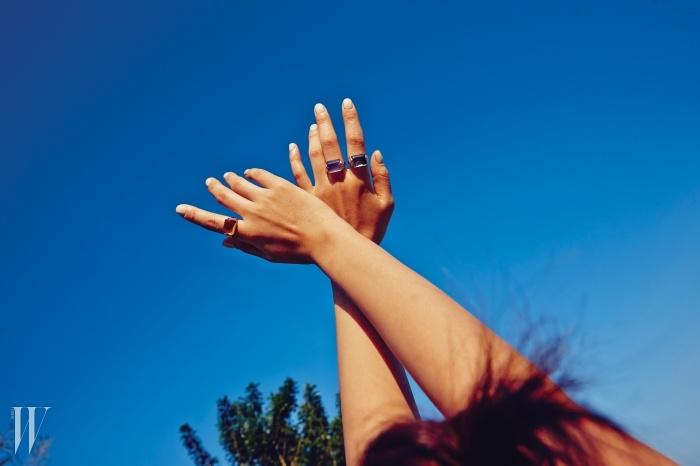 다이아몬드를 파베 세팅한 유색석 반지는불가리 무사 컬렉션 제품. 가격 미정.