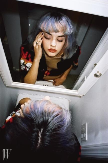 DJ & MODEL & BLOGGERSITA ABELLAN@sitabellanI'M KOO 아임 쿠, 혹은 구영준.뉴욕에 거점을 두고 활동하는 1세대 스트리트 포토그래퍼.패션계의 얼음 여인 애너 윈투어를 거리에 세워두고 촬영하고, 디자이너 니콜라 포미체티,모델 기코와 한느 개비, 뮤지션이자 디자이너 엠부시와 윤, 블로거 토미 톤과 수지 버블 등 영향력 있는패션 피플과 사진을 통해 인연을 맺고, 나아가 그 자신도 후대 스트리트 포토그래퍼들에게영감을 주는 피사체가 된 인물. 최근 거리에 나가보면 찍을 사람보다 찍고 있는 사람이더 많은 상황인 것을 누구나 알고 있을 정도로 스트리트 사진이 일반화되었지만,비슷한 상황에서 놓고 찍은 사진을 여럿 두고 구영준의 것을 골라내기란 그리 어려운 일이 아니다.가장 패셔너블한 사진을 고르면 되기 때문이다. 그는 자신의 본질이 '패션'에 있다는 점을 한시도 잊지 않는다.구영준의 개인 웹사이트(www.iamkoo.com)에서는 '1초의 승부'인 스트리트 사진 외에도 오랜 시간공들여 찍은 것이 분명한 컷도 볼 수 있다. 더블유에 소개한 'Chilling Out' 사진 역시 이 시리즈의 연작으로,톱모델들의 순도 100%의 자연스러움을 보여주고자 한 작업이다. 작업의 방법이 바뀐 것은 아니지만스트리트를 촬영하는 시간 외에 실내에 있거나 밤인 경우도 있던 터라, '일터'인 스트리트를 벗어났을 때친구들과 놀면서 하나둘씩 촬영한 것이다. 사적인 사진에 좀 더 애착을 갖게 되면서 기획과 셋업 단계를 거쳐촬영을 했는데, 이게 2년이 넘다 보니 꽤 많은 결과물이 쌓이게 되었다. 이 작업에는 주로 35mm 필름을사용했다. 옷을 입을 때도 여러 가지 룩을 시도하는 것이 구영준의 스타일이듯,사진에서도 여러 도구와 방법을 통해 다양한 톤을 시도하고 있다고 한다.