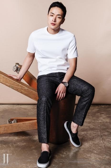 하얀색 코튼 티셔츠는 코스,화이트 도트가 들어간 회색 팬츠는 반디에라,검은색 슬립온은 반스 제품.
