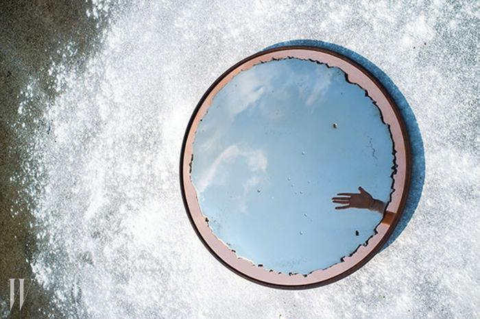 거울을 이용해극도로 섬세한파인아트를 완성한'미러 6' 컬렉션.