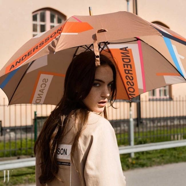 ANDERSSON BELL이번 시즌의 아이코닉 컬러를 활용한 패치웍을 우산에 담았다.앤더슨벨만의 감성이 고스란히 느껴지는 깔끔하고 세련된 디자인은 물론실용적이고 커다란 사이즈에 구매 버튼을 누르지 않을 수 없었다고.2만 8천원
