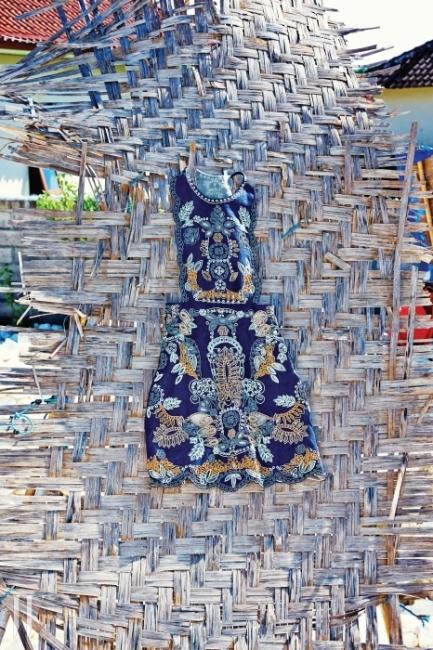 나뭇가지를 엮어 만든 지게 형태의 연장은 공사 중인 인부들의그늘막이 되어주었다. 이국적인 꽃무늬를 담은 슬리브리스펀칭 드레스는 Valentino 제품.