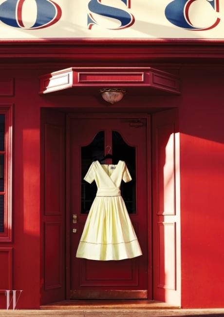 영국풍 건물과 조화를 이룬 레몬색 레트로 드레스는프린 by G 스트리트 494제품. 1백94만원