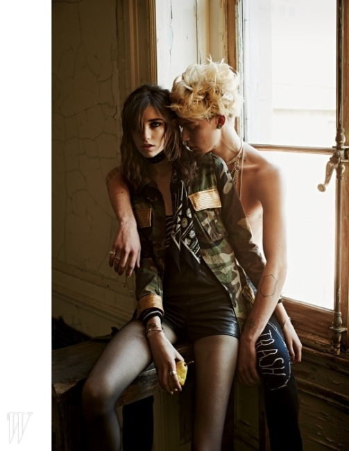 여자 모델이 입은 카무플라주 재킷, 줄무늬 톱과 가죽 쇼츠는 모두Saint Laurentby Hedi Slimane, 독특한 프린트가 돋보이는 스카프는Rockins, 오른손의 메탈 커프는Karma El Khalil Jewelry,링 장식 메탈 커프와 반지는David Yurman, 왼손의 실버 뱅글은Alor제품.남자 모델이 입은 로고 스티칭이 돋보이는 데님 팬츠는Trash City USA, 여러 겹의체인 목걸이는Hermes제품.BEAUTY NOTE:Tarte타르티스트 클레이 페인트 라이너로 선명하고 강렬한 눈매를 연출할 것.