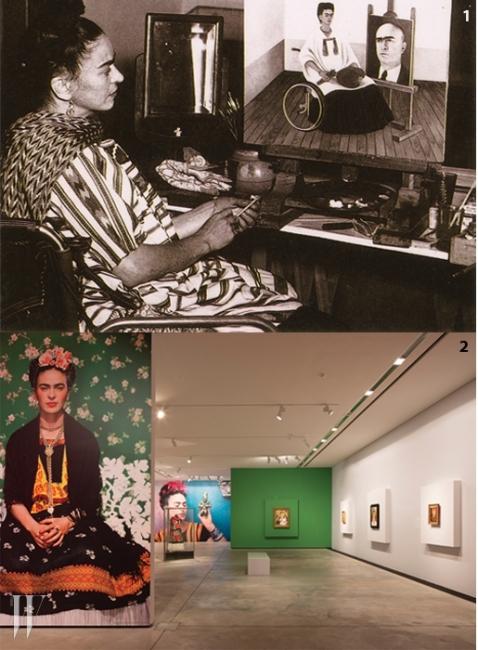 1. 1951년, 자신의 아틀리에에서 이젤에그림을 그리는 프리다 칼로.2. 전 세계 순회 전시 중인 <프리다 칼로> 전시장.