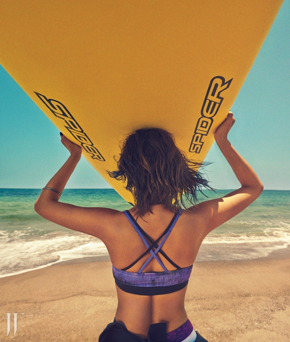 X자 형태의 스포티한 수영복은H&M제품.톱은2만9천원, 팬츠는1만9천원. 전문가용 하이브리드래시가드 수트는 데상트 제품.31만9천원.