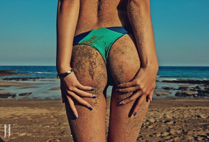 컬러 블로킹 수영복은 데이즈 데이즈 제품.6만9천원. 뱅글은 아가타 제품.8만8천원.