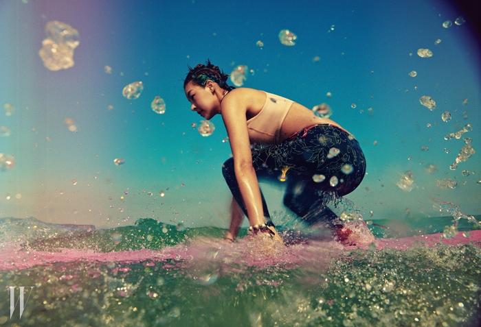 크롭트 톱 수영복은 아디다스by스텔라 매카트니 제품.7만9천원.꽃무늬 레깅스는 나이키 제품.5만원대.뱅글은 사만타 윌스 제품.13만8천원.