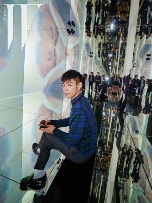 디올 가든을 연상시키는환상적인 영상이 펼쳐진 미러룸에서포즈를 취한 탑.