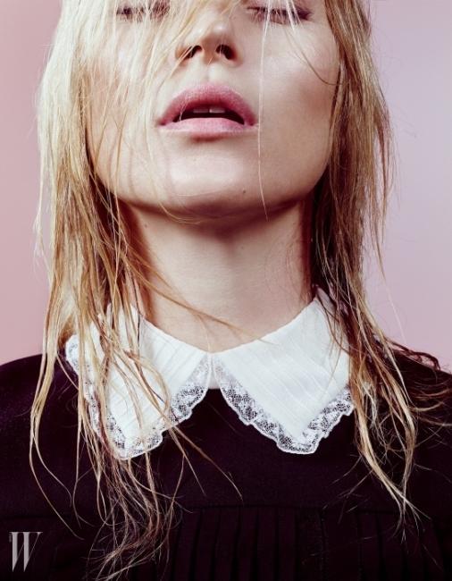 레이스 장식의 흰색 칼라가 돋보이는드레스는 Valentino 제품.