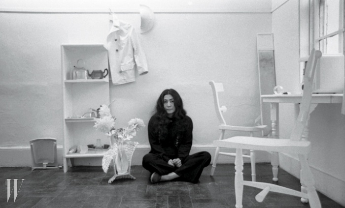 2. 1967년 <반의 반> 작품과 함께포즈를 취한 오노 요코.