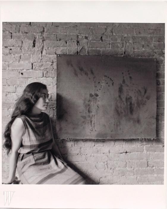 4. 1961년에 열린 첫 번째 개인작품전에 들른 오노 요코.