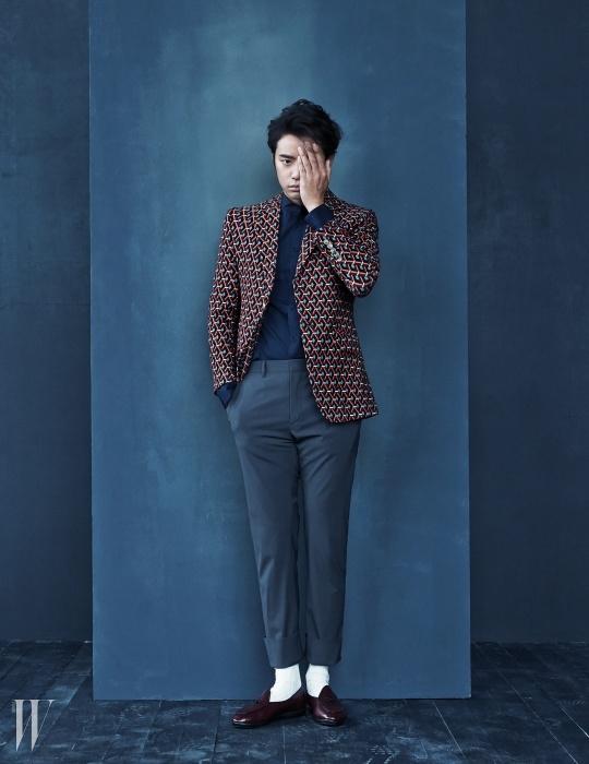 기하학 패턴의 재킷은 Gucci,헨리넥 네이비 셔츠는Christopher Kane by MUE,그레이 팬츠는 Prada,버건디색 로퍼는 Unipair 제품.