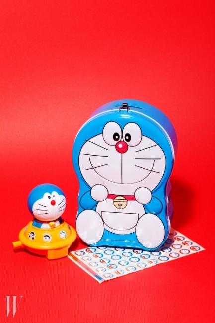 WHAT도라에몽 틴케이스, 스티커, 일본 맥도날드 해피밀과 함께 제공된 피규어WHY책상 위를 온통 파랑색 고양이(?) 아이템들로 뒤덮을 계획은 없다. 하지만 수없이 분노 조절 연습을 해야 하는 마감 때에는 책상 곳곳에 있는 이 아이들을 보며 다시 한 번 마음을 다잡는다.-이채린(피처 에디터)