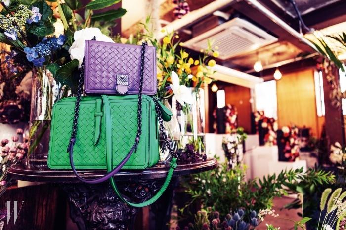 세련된 보라와 초록색핸드백은 보테가 베네타 제품. 가격 미정.