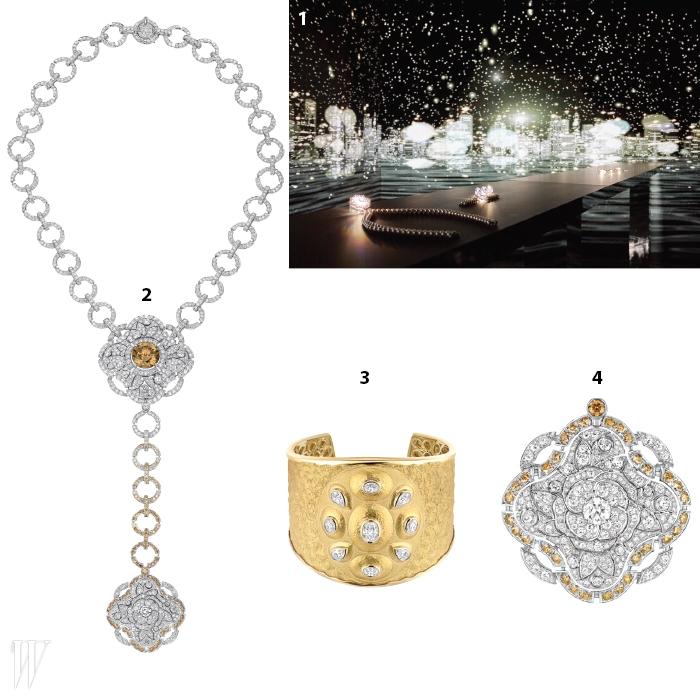 1. 은하수에 둘러싸인 듯환상적인 전경이 감탄을자아낸 전시장.2. 보호와 행운의 메시지를담은 레 탈리스망 컬렉션의대담한 목걸이.3. 앤티크한 아름다움이돋보이는 골드 커프.4. 네잎 클로버를 연상시키는형태의 다이아몬드 브로치.