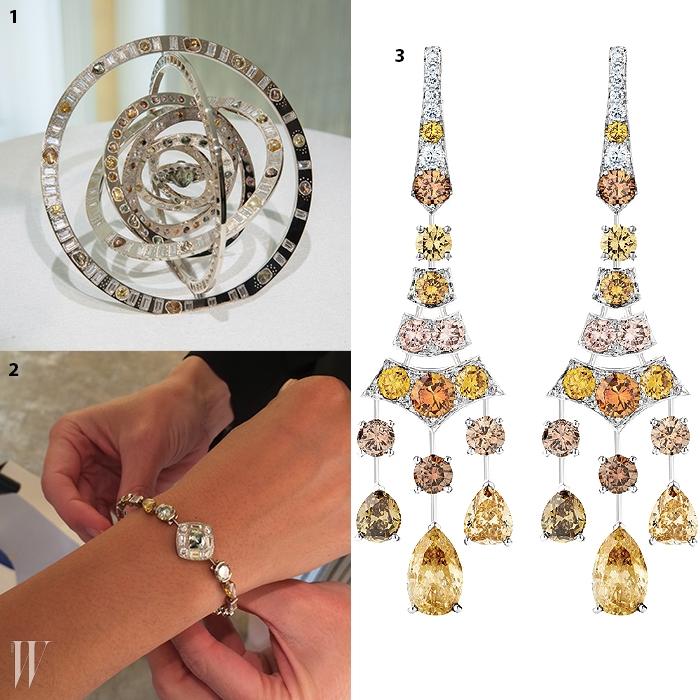 1. 1000분의 1 확률로발견되는 최고의 퀄리티를 지닌러프 다이아몬드가 세팅된탈리스만 원더러스 스피어.2. 직접 착용해본탈리스만 컬렉션의 팔찌.3. 매혹적인 그러데이션을연출하는 컬러 다이아몬드 귀고리.