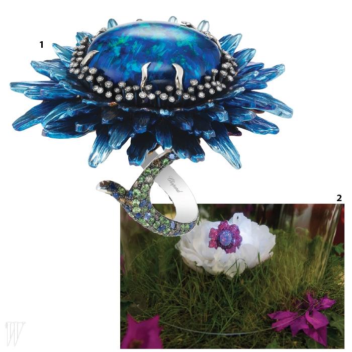 1. 신비로운 블랙 오팔을중심으로 한 떨기 꽃을생생하게 표현한 플뢰르드 오팔 컬렉션.2. 정원을 모티프로 한향기로운 디스플레이.