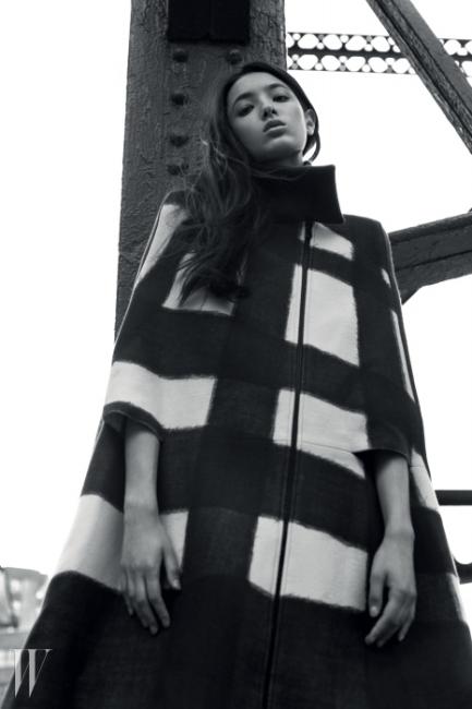 거친 붓터치가인상적인 체크 패턴의케이프 코트는Bottega Veneta 제품.