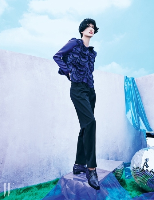 퍼가 트리밍된보라색 재킷과 테일러드 팬츠,매니시한 실루엣의 장어 가죽 로퍼는모두 Emporio Armani 제품.