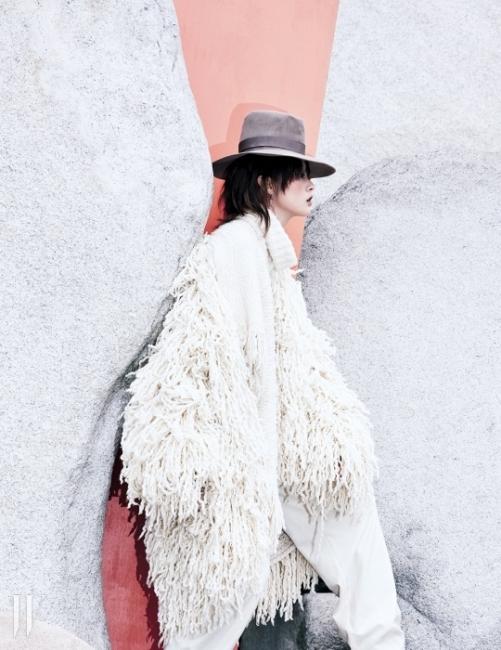 풍성한 크림색 캐시미어 코트,안에 입은 캐시미어 판초,실크 크루넥 니트 톱, 하얀색 울 팬츠, 갈색스웨이드 페도라는모두 Ralph Lauren Collection 제품.