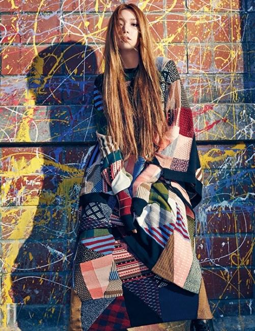 퀼트 담요가 연상되어 더욱 포근하게 느껴지는 니트 소재 케이프와 동일한 패턴의니트 드레스, 앵클부츠는 모두 Chloe 제품.