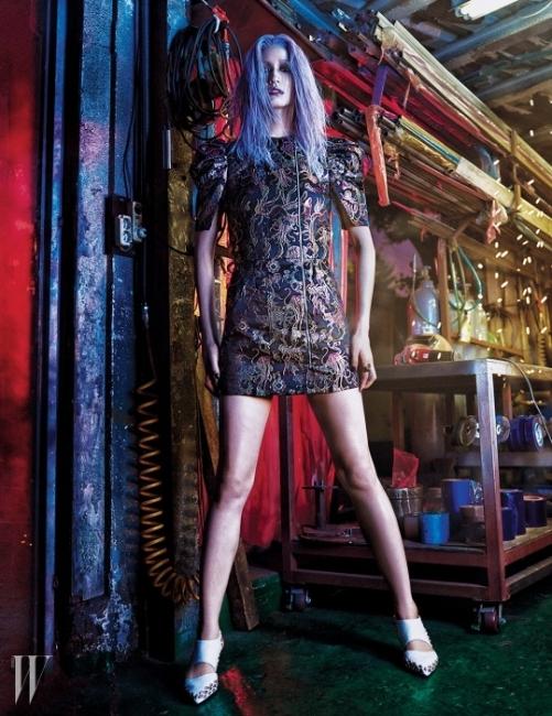 소매 안쪽의 독특한 절개와 어깨의볼륨을 강조한 메탈릭 드레스, 스터드 슈즈,메탈 반지는 모두 Louis Vuitton 제품.