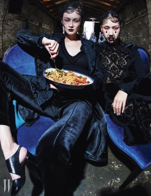 이혜정이 착용한 브로케이드 재킷과톱, 팬츠, 귀고리는 모두 Givenchyby Riccardo Tisci, 슈즈는 LouisVuitton,김원경이 착용한 레이스장식 드레스와 귀고리, 얼굴에장식한 주얼리는 모두 Givenchyby Riccardo Tisci 제품.