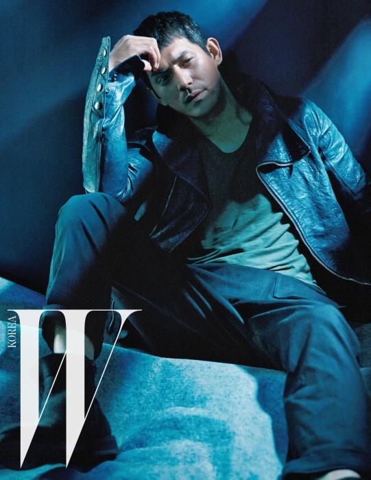 지퍼 장식의 검정 재킷은 엠포리오 아르마니, 검정 팬츠는 준지 제품.